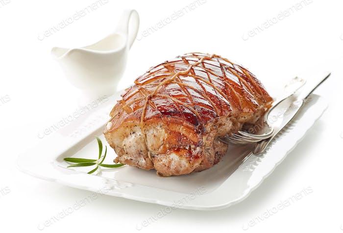 gebratenes Schweinefleisch auf weißem Teller