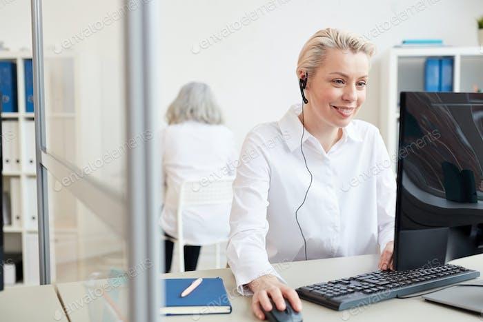 Lächelnd weiblich Manager Tragen Headset