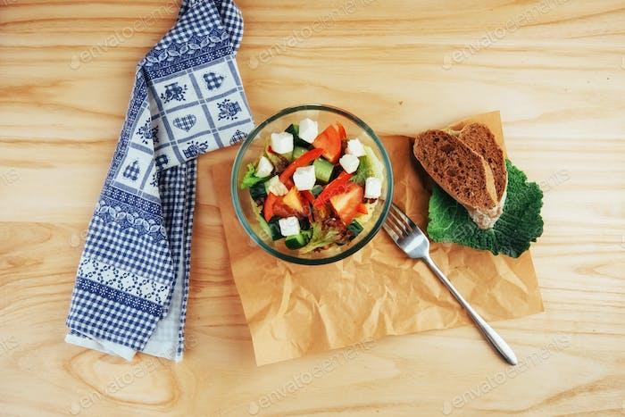 Griechischer Salat mit frischem Gemüse, Feta-Käse und Oliven