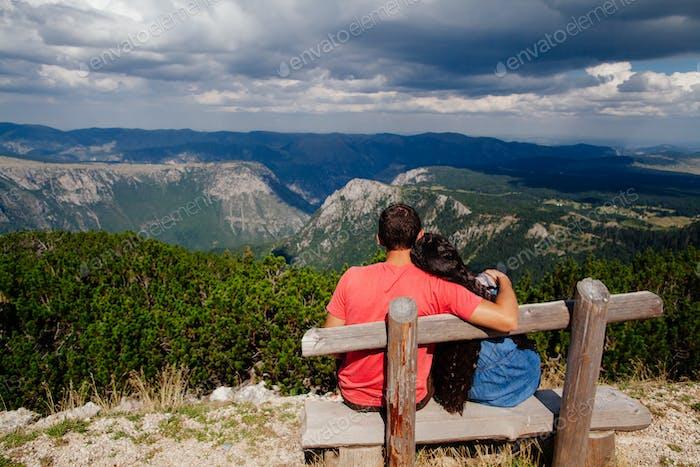 Paar Reisen und entspannen in den Bergen