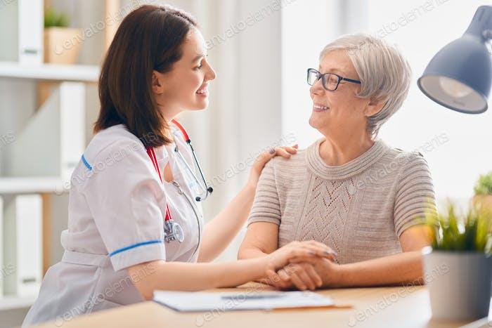Paciente Mujer escuchando al médico