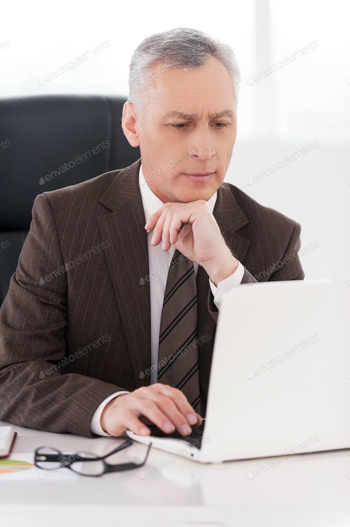 Hombre de negocios en el trabajo.