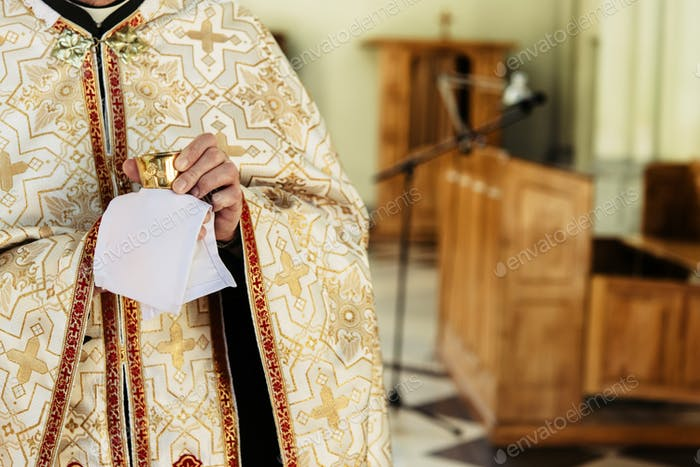 Priester mit Kelch zur Kommunion