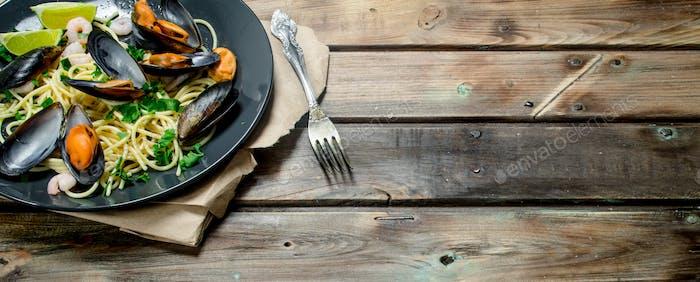 Mittelmeer-Nudeln Meeresfrüchte-Spaghetti mit Muscheln und Limette.