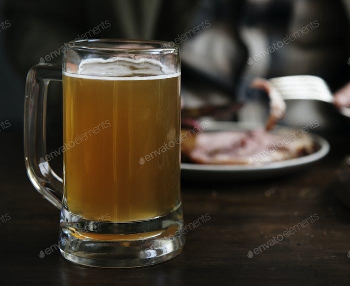 Ein Glas Bier auf dem Tisch