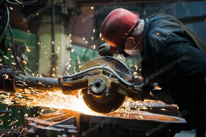 Arbeiter Schleifen Metall, Metallschleifmaschine mit Funken, Metallsägen