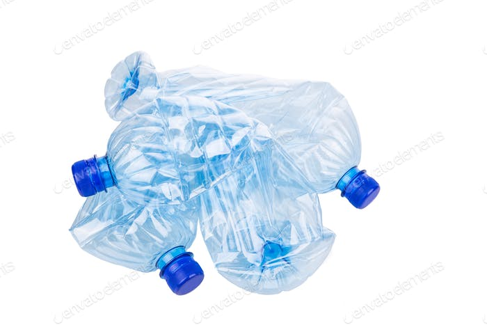 Mineralwasserflaschen zerkleinert und zerknittert gegen weiße Backgro