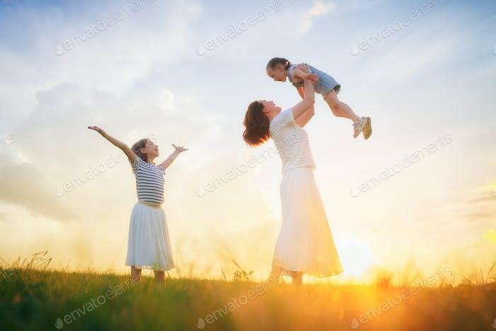 Glückliche Familie auf Sommerspaziergang