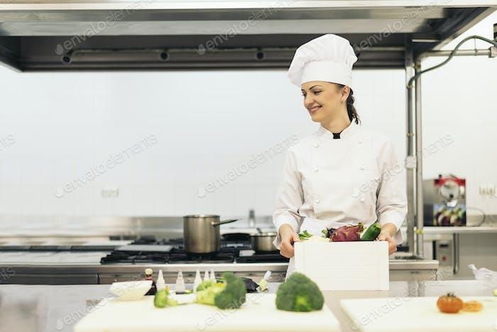 Ziemlich professioneller Koch kochen.