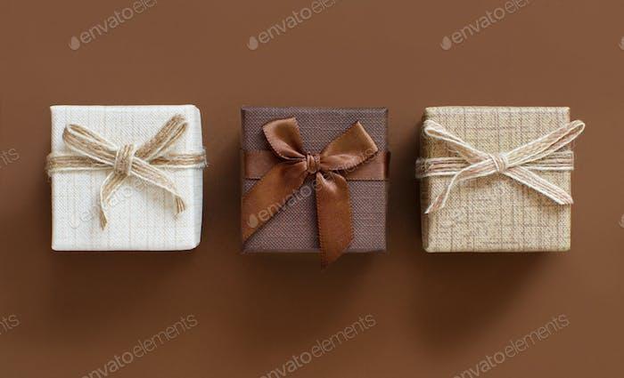 Коричневые тона подарочные коробки на коричневом фоне