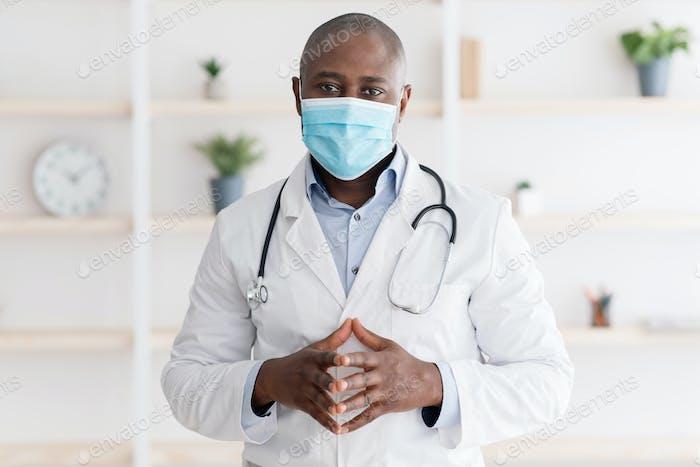 Concepto de salud y medicina. Retrato de seguro médico negro en la máscara facial, posando ante la cámara en