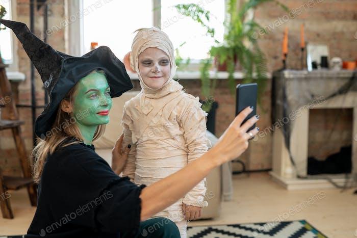 Mutter fotografiert mit Sohn in Mumie Kostüm
