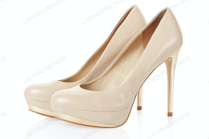 High Heel beige Schuhe Paar auf weiß