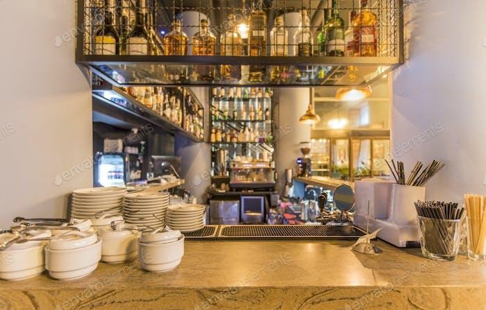 Bar Theke mit Elite-Alkohol und sauberem Geschirr für Tee