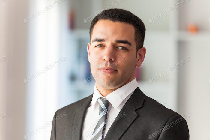 Lateinamerikanischer Geschäftsmann Porträt