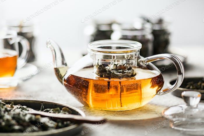 Glas-Teekanne aus frisch zubereitetem Kräutertee