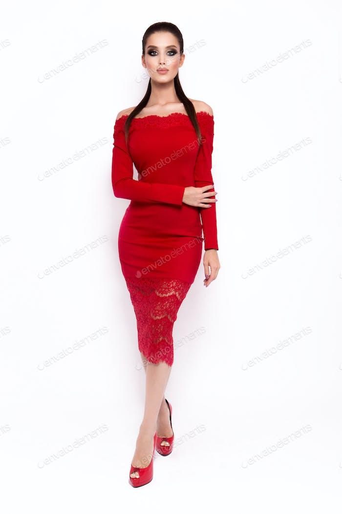 Modefoto der jungen prächtigen Frau in Luxus-Kleid.