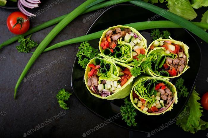 Shawarma aus saftigem Rindfleisch, Salat, Tomaten, Gurken, Paprika und Zwiebel in Pita