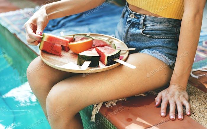 Kaukasische Frau isst Wassermelone im Sommer
