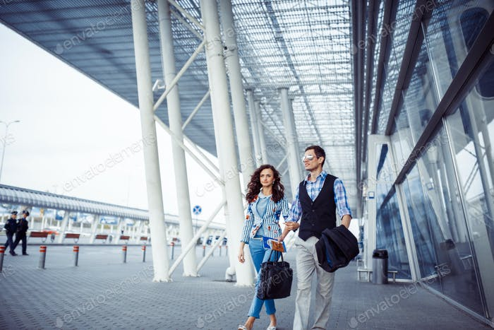 Dos personas felices en el aeropuerto