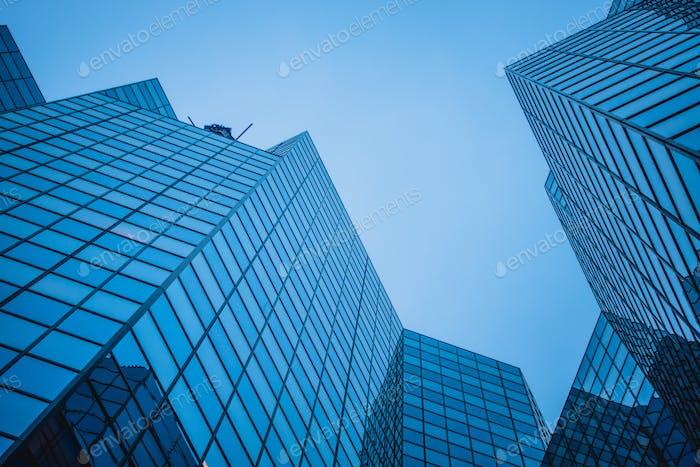 Resumen y complejo rascacielos azul en el centro de Montr