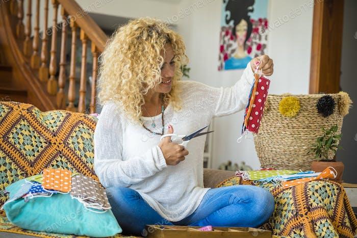 Coronavirus-Lockdown-Beschränkungen Ideen - Neue Unternehmenswirtschaft mit Frau bei der Arbeit