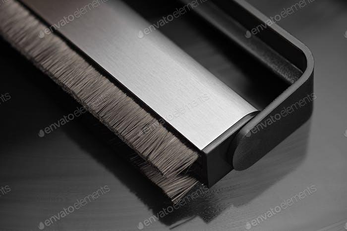 Kohlefaserbürste für Vinyl-Schallplattenreinigung auf Phonograph-Diskette.
