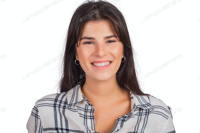 Junge Frau schaut in die Kamera und lächelnd.