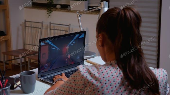 Gamer femenino jugando Vídeo juego desde casa