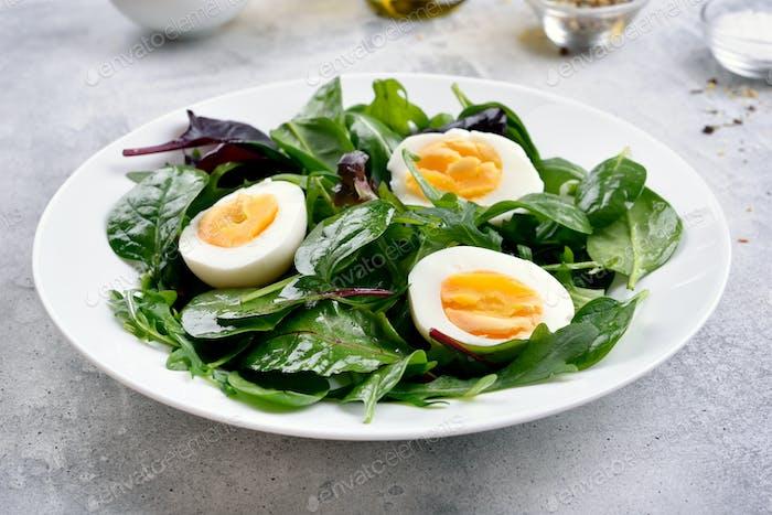 Grüner Salat mit Blättern und Eiern