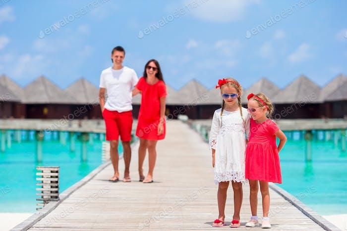 Junge Familie am Strand Urlaub