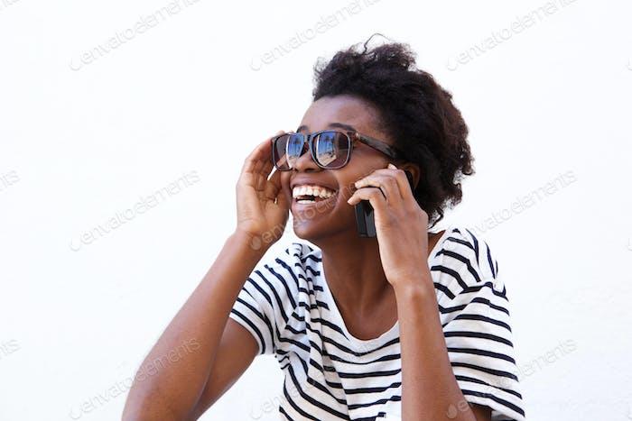 Lachen junge afro amerikanische Frau mit Handy