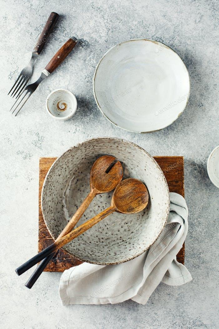 Set von Geschirr und Küchenutensilien auf grauem Hintergrund, Draufsicht