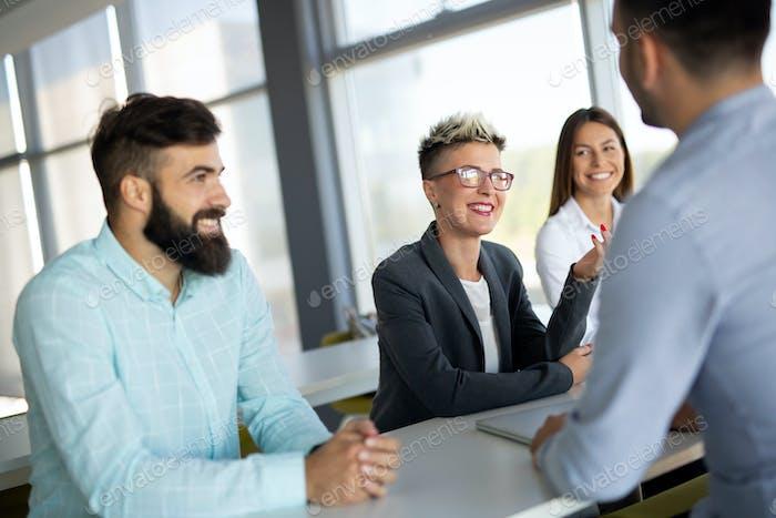 Gruppe von Kollegen, die gemeinsam an Business-Projekt im modernen Büro arbeiten