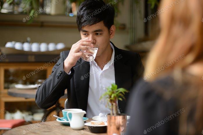 Молодая азиатская деловая пара вместе в кафе