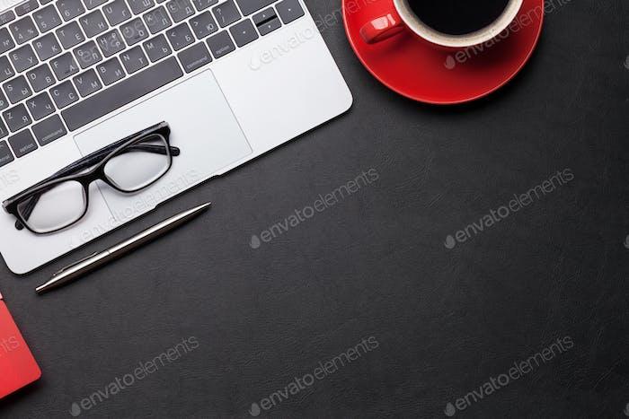 Bürotisch mit Kaffee, Zubehör und Computer