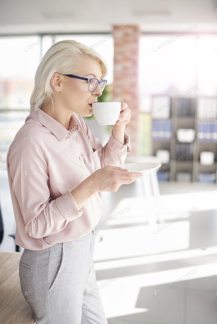 Mitarbeiter mit einem Kaffee bei der Arbeit