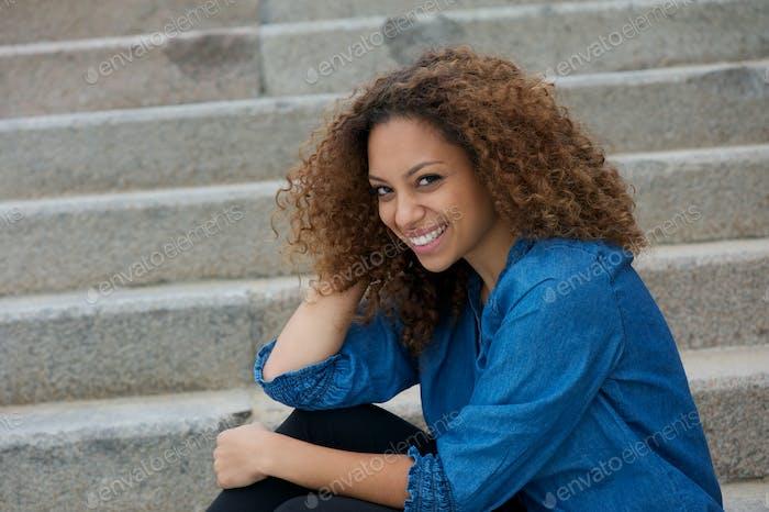 Porträt einer glücklichen jungen Frau lachen