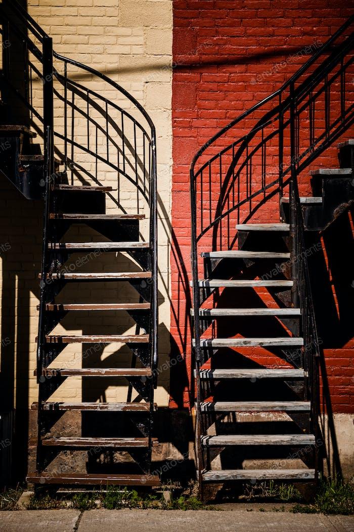 Symmetrische Treppen mit zwei verschiedenen Farben