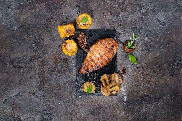 Marinierte gegrillte gesunde Hähnchenbrust gekocht auf einem Sommergrill