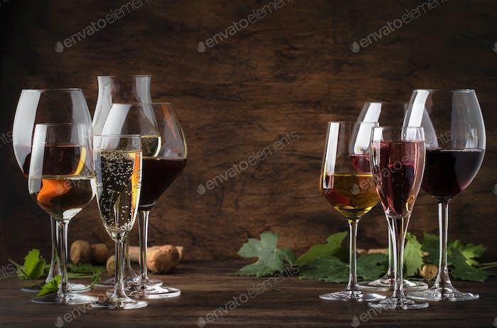 Rotwein, Weißwein, Rose und Champagner in Weingläsern