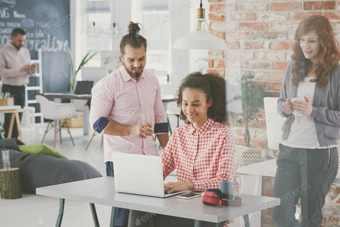 Manager diskutiert neuen Businessplan