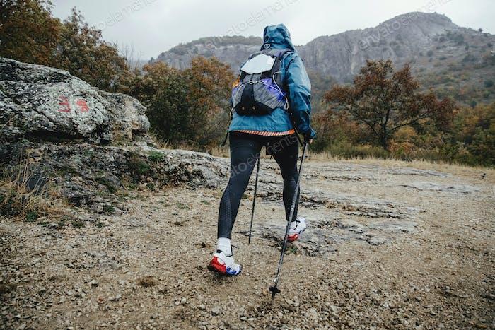 Frau Wanderer mit Wanderstöcken