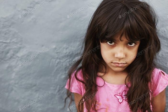 Kleines Mädchen mit ernsthaftem Ausdruck