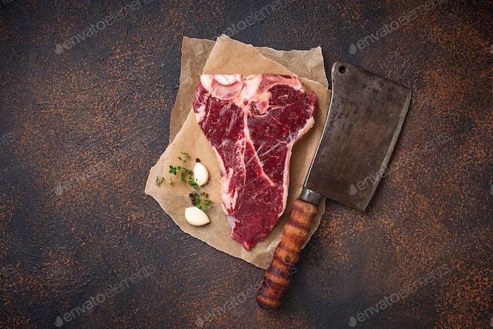 Rohes T-Bone Steak mit Metzgermesser