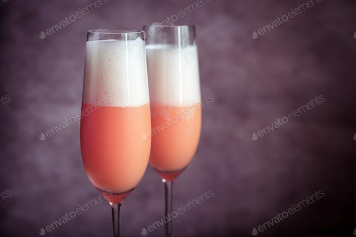 Zwei Bellini Cocktails
