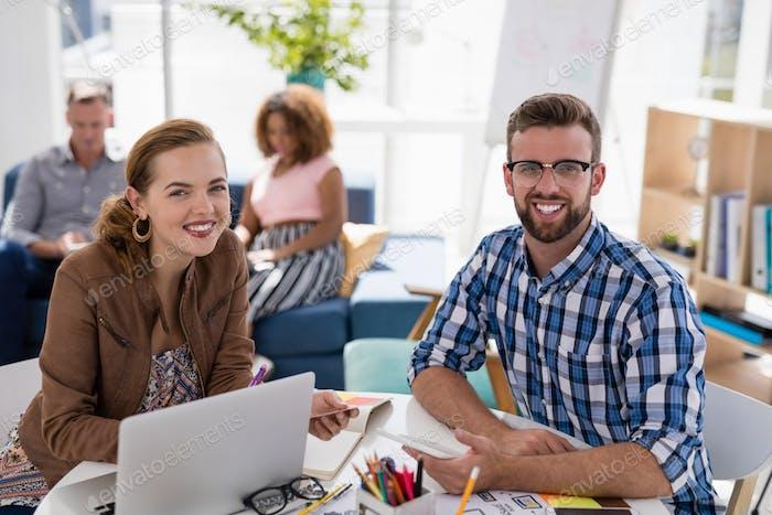 Im Büro arbeiten männliche und weibliche Führungskräfte zusammen