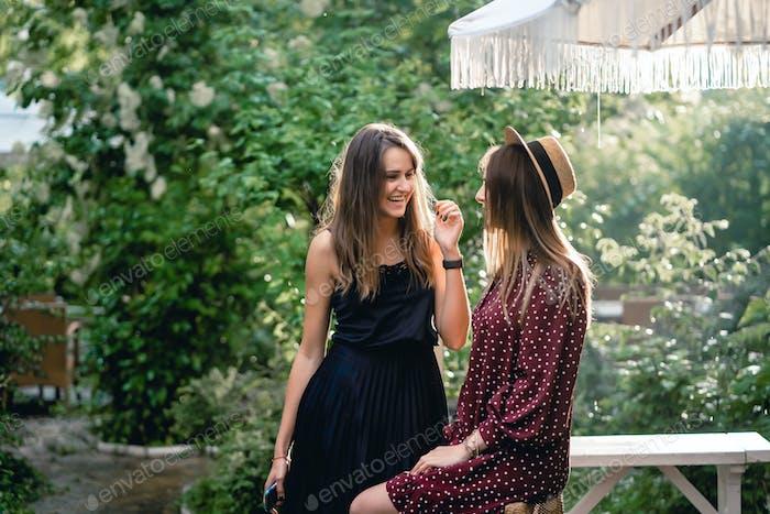 Zwei Mädchen im Park