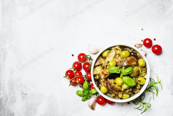 Geschmorte Auberginen mit Gemüse
