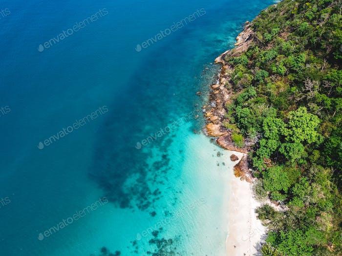 Meerblick, Strand auf der Insel, tropische Meeresinsel